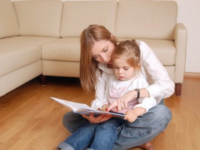 mom-and-child-reading